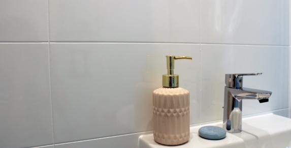 salle de bain polyester imitation carrelage